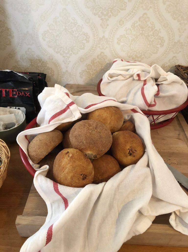 konferens, nybakat bröd