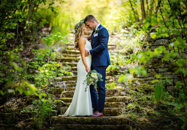 Bröllopsbild tagen vid den trolska stentrappan
