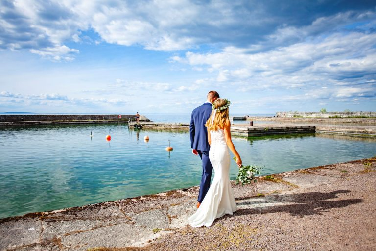 Brudparet går i hamnen vid Borghamn Strand